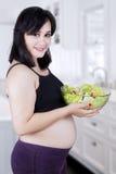 美丽的健康母亲用沙拉 免版税库存图片