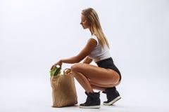 美丽的健身女孩,背景白色 免版税库存照片