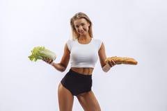 美丽的健身女孩,背景白色 免版税库存图片