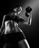 年轻美丽的健身妇女黑暗的对比照片  库存图片