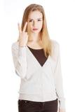 美丽的偶然妇女显示胜利标志,两个手指。 免版税库存图片