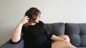 美丽的充分的女孩坐长沙发,哀伤,作梦 股票录像