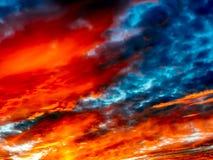 美丽的充满活力的日落天空 剧烈的明亮的日落云彩 五颜六色的天空有云彩背景 库存例证