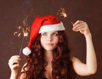 美丽的克劳斯女孩帽子圣诞老人年轻&# 免版税图库摄影