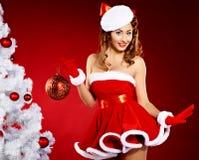 美丽的克劳斯给圣诞老人妇女年轻人&# 库存图片