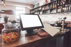 美丽的全新的欧洲餐馆街市与迷离酒精饮料瓶 免版税库存照片