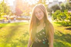 美丽的公园妇女年轻人 室外纵向 免版税库存照片