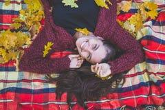 美丽的公园妇女年轻人 免版税库存图片