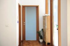 美丽的公寓,内部与木门 免版税库存照片