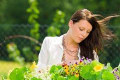 美丽的关心颜色花园夏天妇女 免版税库存图片