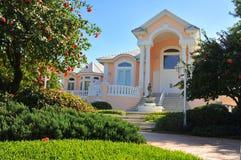 美丽的典雅的入口豪宅 图库摄影
