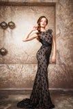 美丽的典雅的少妇画象华美的晚礼服的 免版税库存照片