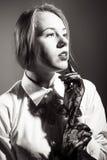 美丽的典雅的白肤金发的女性特写镜头画象透明长的手套的 黑人女孩隐藏人摄影s衬衣白色 免版税库存照片