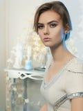 美丽的内部妇女年轻人 免版税图库摄影