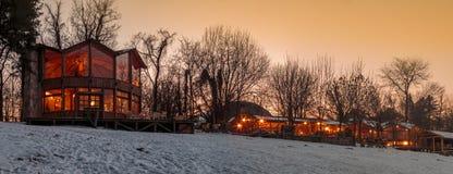 美丽的冬天小屋在安静的多雪的夜 免版税库存照片