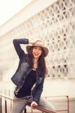 美丽的凉快的女孩画象帽子的 免版税库存图片