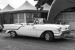 美丽的减速火箭的汽车在古巴 免版税库存图片