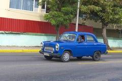 美丽的减速火箭的汽车在古巴 库存图片