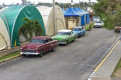 美丽的减速火箭的汽车在古巴 免版税图库摄影