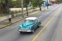 美丽的减速火箭的汽车在古巴 库存照片