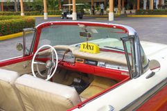 美丽的减速火箭的汽车在古巴 免版税库存照片