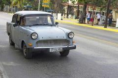 美丽的减速火箭的汽车在古巴 图库摄影