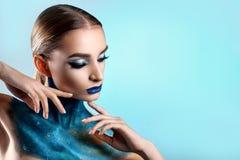 美丽的创造性的女孩组成 明亮的颜色蓝色嘴唇 概念性艺术波斯菊,宇宙 免版税图库摄影