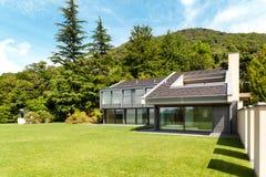 美丽的别墅,室外 免版税库存照片