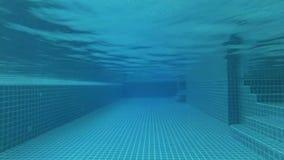 美丽的刷新的蓝色游泳池水在豪华热带旅馆里 夜黑暗视图 行动照相机 影视素材