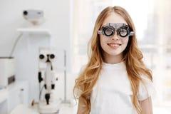 美丽的十几岁的女孩佩带的试验玻璃 免版税库存图片