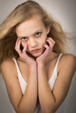 美丽的十几岁的女孩头发在面孔的风手上 库存图片