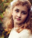 美丽的十几岁的女孩10岁,看strai的可爱的面孔 免版税图库摄影