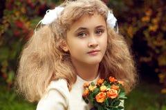 美丽的十几岁的女孩10岁,看strai的可爱的面孔 免版税库存照片