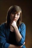 美丽的十几岁的女孩画象有长的棕色头发的 库存图片