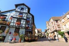 美丽的半木料半灰泥的房子在阿尔萨斯,法国 免版税库存图片