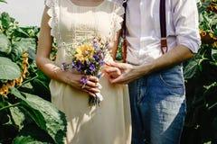 美丽的华美的新娘和时髦的英俊的新郎,土气突然行动 免版税库存图片