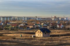 美丽的单身家庭的二层的砖房子建设中 郊区beind的典型的新的家建立有城市的看法 免版税库存图片
