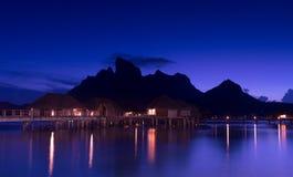 美丽的博拉博拉岛和满天星斗的天空在晚上 免版税库存图片