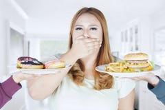 美丽的卡路里食物的妇女闭合的嘴 库存图片