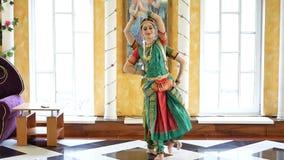 美丽的印地安女孩舞蹈家印地安舞蹈 股票视频