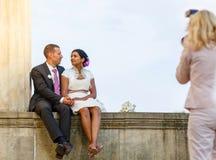 美丽的印地安新娘和白种人新郎在婚姻ceremon以后 图库摄影