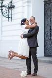 美丽的印地安新娘和白种人新郎在婚姻ceremon以后 免版税库存照片