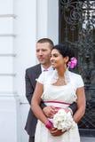 美丽的印地安新娘和白种人新郎,在婚姻的ceremo以后 库存图片
