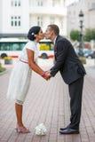 美丽的印地安新娘和白种人新郎,在婚姻的ceremo以后 免版税库存照片