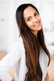 美丽的印第安妇女纵向愉快微笑 图库摄影