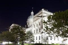 美丽的印第安纳国会大厦大厦侧视图在晚上 免版税图库摄影