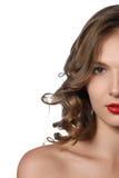 美丽的卷发长的妇女年轻人 美好的式样机智 免版税库存照片