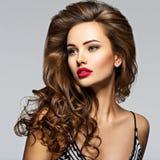 美丽的卷发长的妇女 库存图片