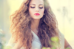 美丽的卷曲女孩头发年轻人 图库摄影