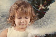 美丽的卷曲女孩,圣诞节纵向  库存图片